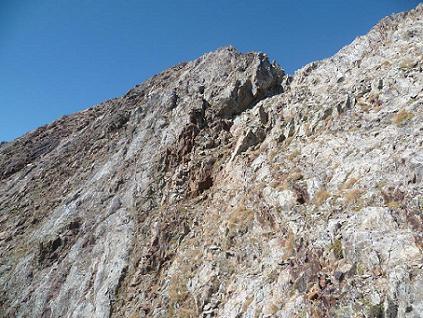Au-dessus de la cheminée, la crête qui mène au sommet du Garmo Negro