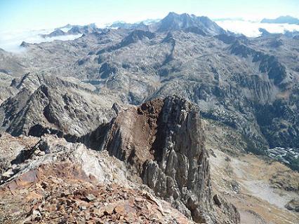 En arrivant au sommet du Garmo Negro 3051 m, regard derrière vers le Vignemale, le Balneario de Panticosa et la Aguja de Pondiellos