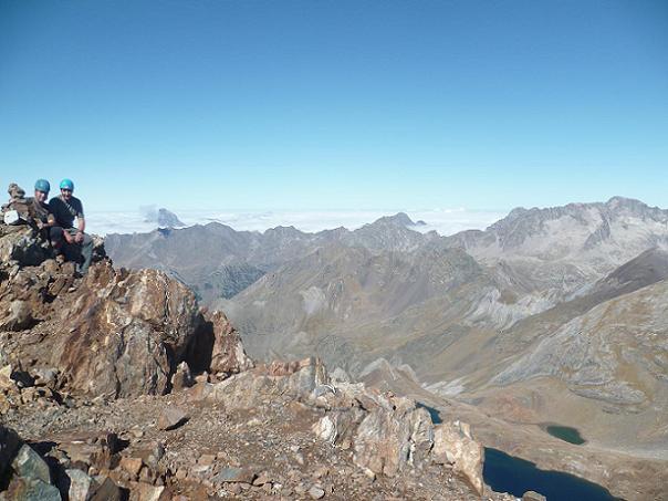 Au sommet du pico de Garmo Negro 3051 m, devant le pic du Midi d`Ossau et le Balatous