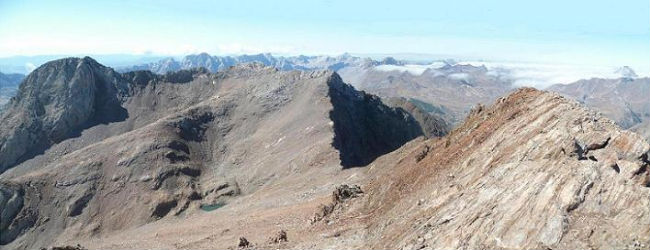 Du sommet du pico de Garmo Negro 3051 m, la crête Argualas Algas et au-dessus la sierra de la Partacua et la Collarada