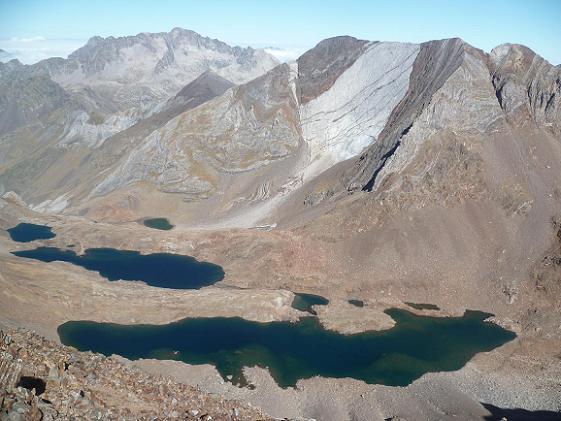 Du sommet du pico de Garmo Negro 3051 m, le Balatous, les picos del Infierno et les ibones de Pondiellos