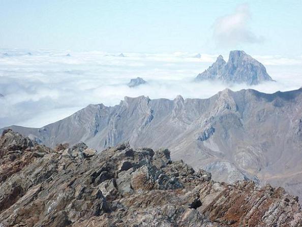Du sommet du pico de Garmo Negro 3051 m, le pic du Midi d`Ossau tel un poisson dans la mer de nuages, poursuivi par les requins Anie, Trois Rois, Ansabère et Acherito