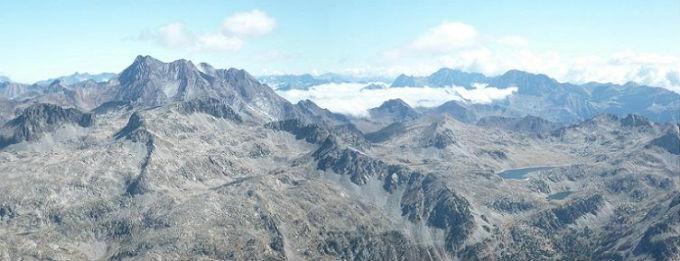 Du sommet du pico de Garmo Negro 3051 m, le Vignemale et le massif du Monte Perdido