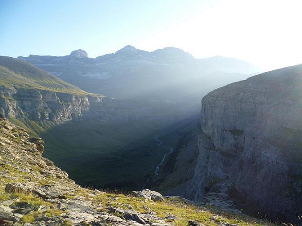 Passage près du Mirador de Ciarracils 2260 m, au bord du gouffre qu`est le canyon de Ordesa, devant le Cilindro, le Monte Perdido, le Soum de Ramon et la Punta de las Olas