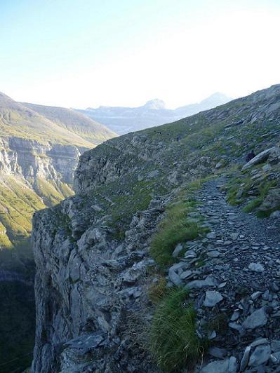 Progression sur l`aérienne Fajeta de Ciarracils, face aux Marboré, Cilindro et Monte Perdido