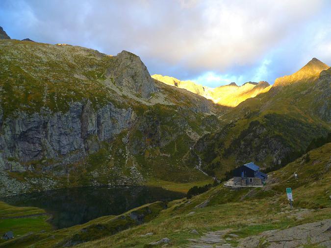 Du col d`Espingo (1967 m), le refuge et le lac d`Espingo
