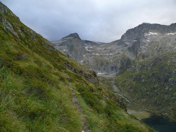 Sur le sentier presque horizontal au-dessus du lac Saussat
