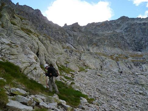 Arrivée au pied de la barre rocheuse à surmonter (2510 m)