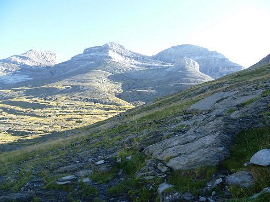 Progression vers le Collado Superior de Goriz, face à las Tres Sorores que sont le Cilindro, le Monte Perdido et le Soum de Ramond ou pico de Anisclo