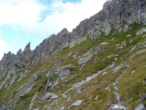 Au-dessus de la première cheminée, sentier menant à une seconde cheminée (2620 m)
