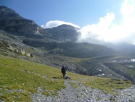 Progression sur le GR 11 en direction du collado de Anisclo, la Punta de las Olas est enveloppée de nuages