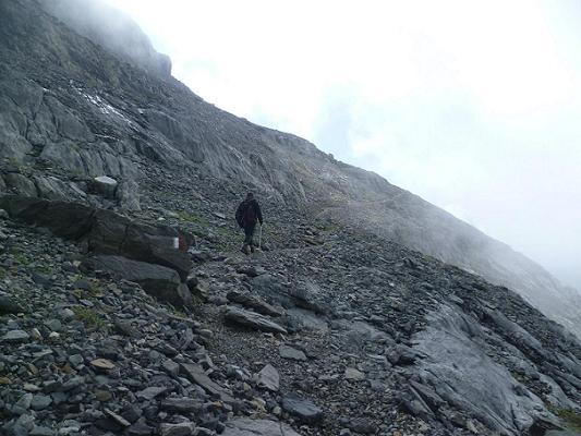 En suivant le GR 11, progression sur le flanc Sud-Ouest de la Punta de las Olas
