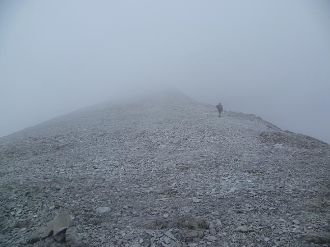 Après avoir traversé une zone d`éboulis, arrivée sur la crête, où les nuages sont encore bien présents