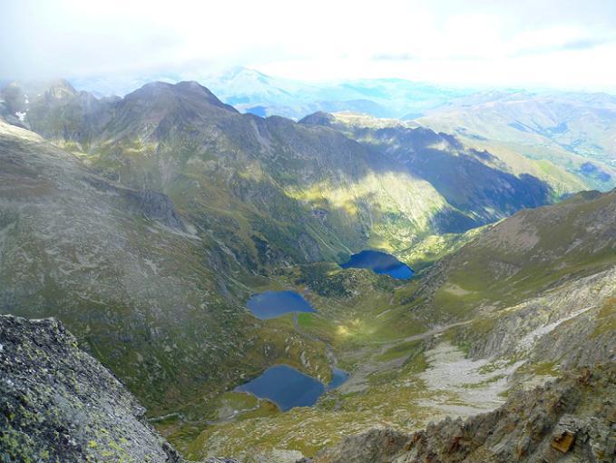 Du sommet du Grand Quayrat (3060 m), les lacs Saussat, d`Espingo et d`Oô