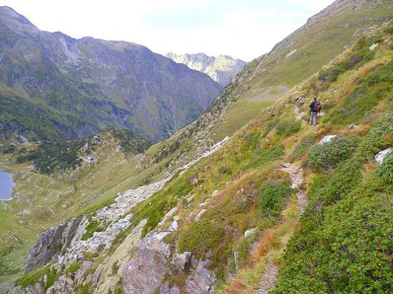 Dans la descente vers le col d`Espingo, passage au bord d`à-pics