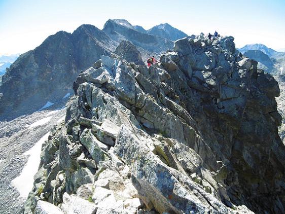 Depuis l`antécime du pico de Alba, une arête aérienne sépare du vrai sommet