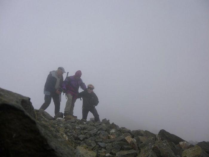 Il y a du vent au sommet du pic Central (3235 m), dans les nuages