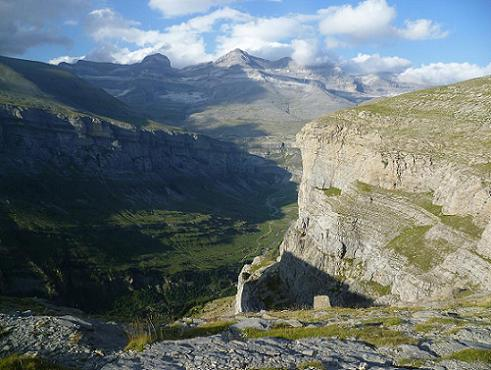 En revenant au Mirador de Ciarracils 2260 m, regard derrière vers las Tres Sorores en haut et la valle (vallée) de Ordesa en bas