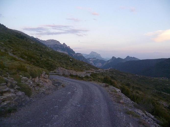 Descente vers le village de Nerin, face à la Pena Montanesa