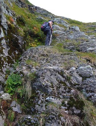 Le ressaut rocheux, dont la base est signalée par un R peint en rouge sur un rocher (photo de Peio)