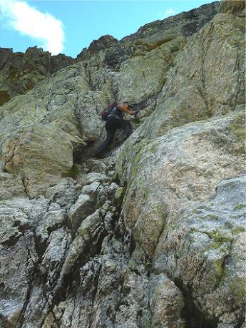 Remontée de la cheminée qui permet de surmonter la barre rocheuse (2510 m) (photo de Peio)