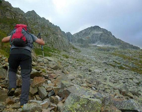 Remontée dans la partie gauche de la zone d`éboulis, en longeant la base des falaises, face au Grand Quayrat (photo de Peio)