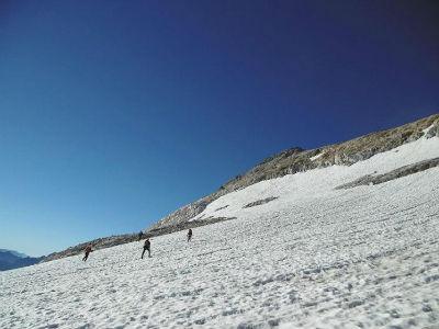 Montée par une traversée à flanc vers l`éperon rocheux de la face Nord du Montferrat