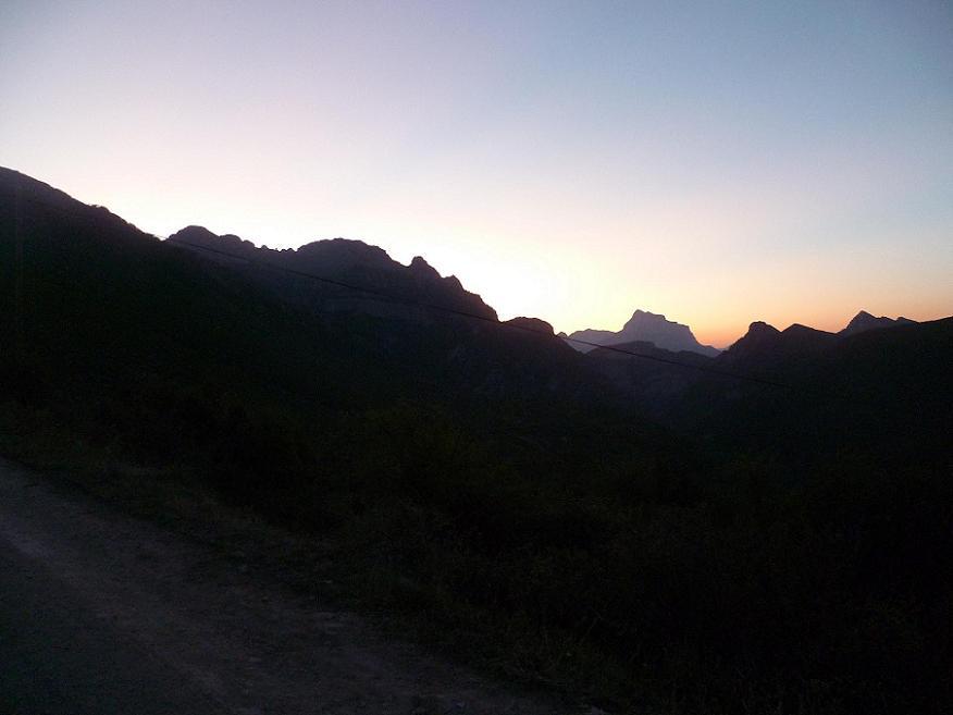 Le jour se lève au-dessus de Nerin et de la Pena Montanesa