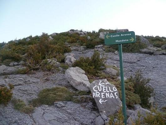 Bifurcation en remontant le sentier, on laisse filer à droite Mondoto pour suivre à gauche Cuello Arenas