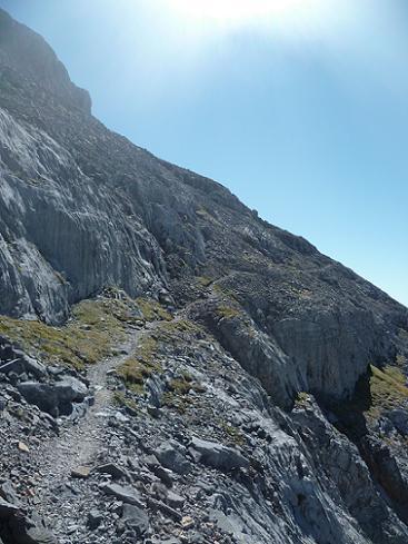 Le sentier passe au-dessus de barres rocheuses