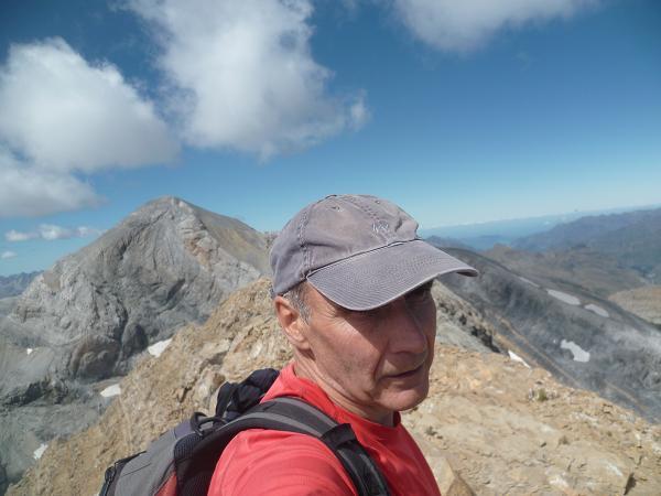 Arrivée au sommet du Soum de Ramond ou pico de Anisclo 3254 m, le Monte Perdido dans le dos