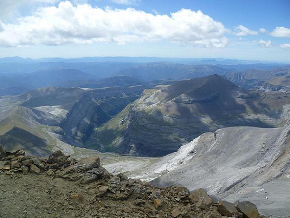Du sommet du Soum de Ramond 3254 m, la vallée ou canyon de Ordesa