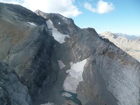 Du sommet du pico Baudrimont S E ou pico Navarro 3026 m, un lac sans nom et le lac glacé du Marboré ou de Tuquerouye