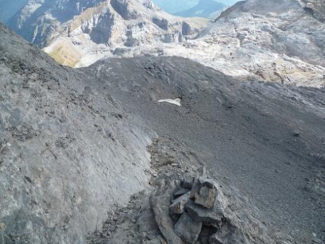 Descente du pico Baudrimont S E ou pico Navarro en suivant une corniche sur sa face Occidentale
