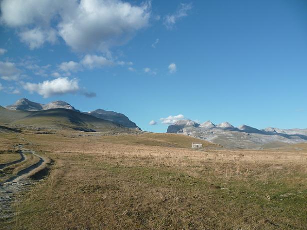 Après être repassé au Cuello Gordo, repassage au Cuello de Arenas, le refugio devant le Monte Perdido et las Tres Marias
