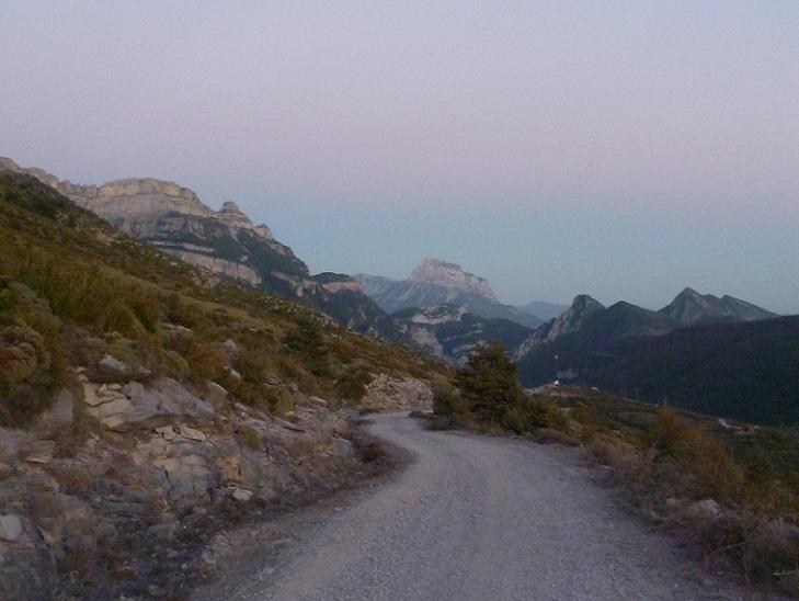 La nuit tombe sur Nerin et la Pena Montanesa