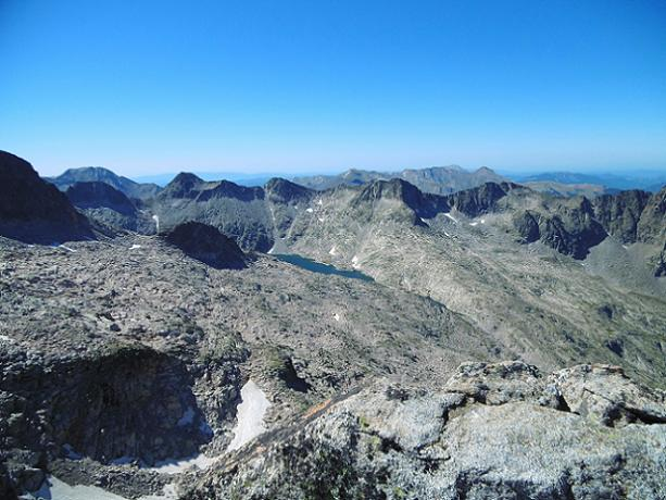 Du sommet du pico de Alba (3118 m), le ibon de Cregüena