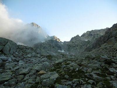 Progression vers le lac inférieur de Micoulaou, face aux Passes de la Barane