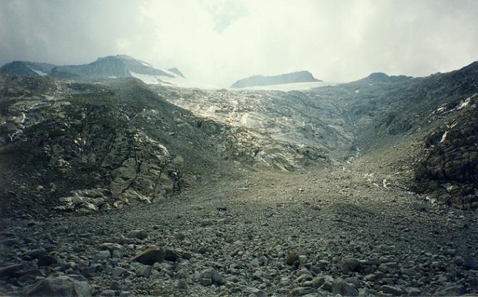 L immense zone d éboulis, au bas du barranco du glaciar de Aneto