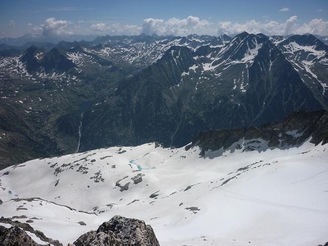 Du sommet du Besiberri Sud 3030 m, l`Estany Gelat de Comaloforno et la Punta Alta