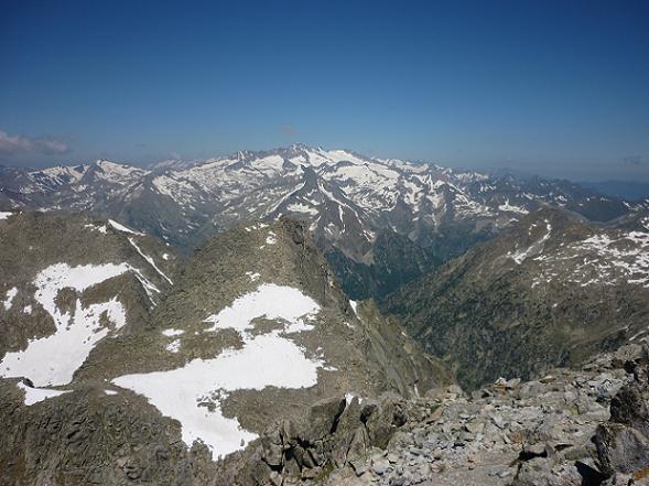 Du sommet du Besiberri Sud 3030 m, le massif Aneto Maladeta et le pic d`Abellers