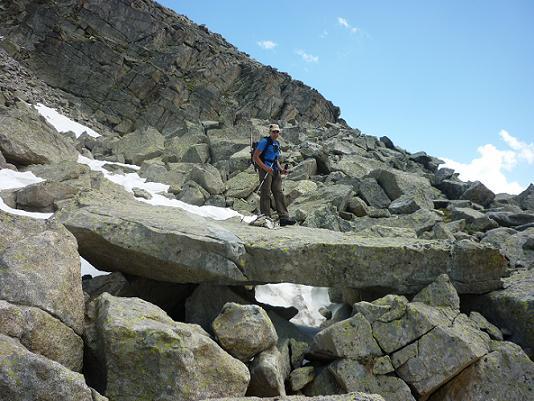 Passage dans une zone d`éboulis sur une grosse pierre plate