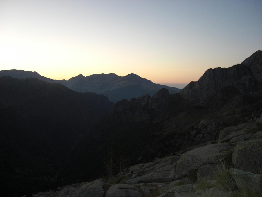 Le jour se lève au-dessus de la vallée de Eriste