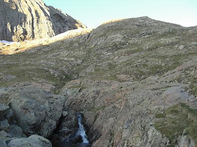 Traversée du torrent de Llardaneta à 2460 mètres