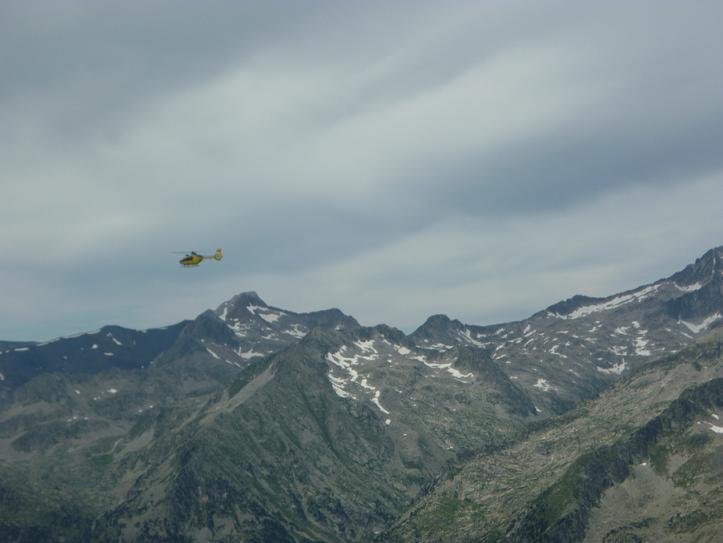 Dans la descente du Besiberri Nord, un hélicoptère en train de faire des rotations