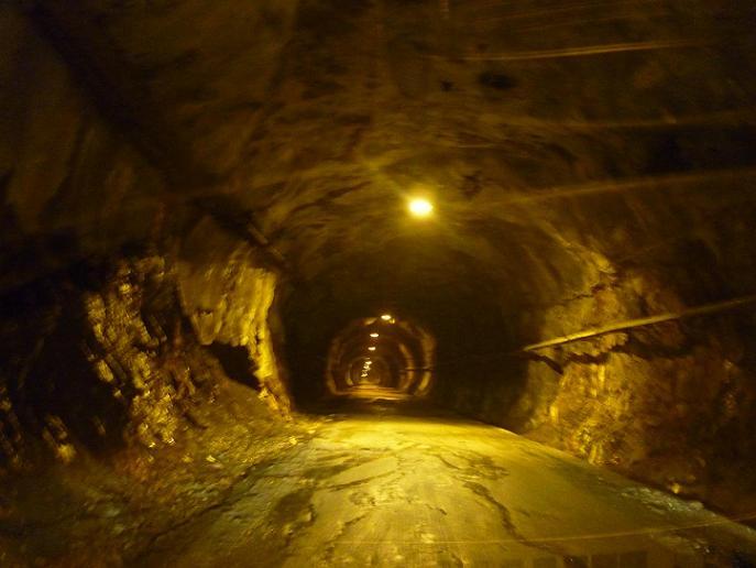 Passage dans le tunnel qui donne accès à l`Estany de Llauset