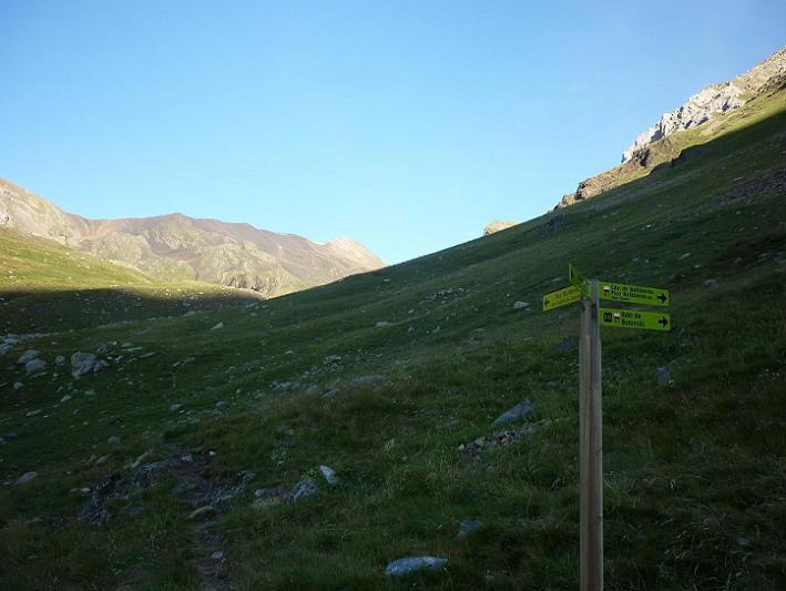 Bifurcation d`itinéraires au Nord-Ouest de l`Estany de Llauset