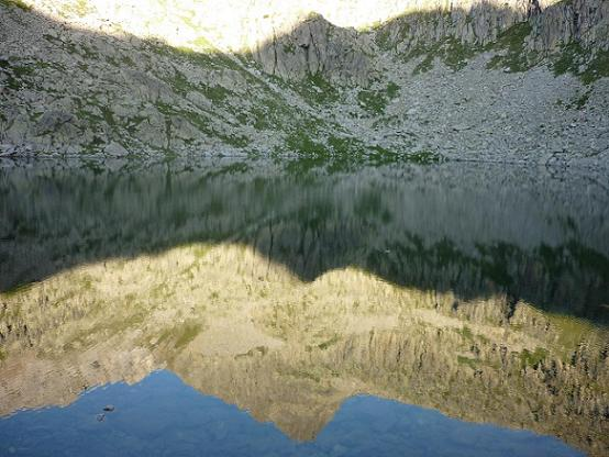 Passage sur la rive gauche de l`Estany del Botornas 2320 m