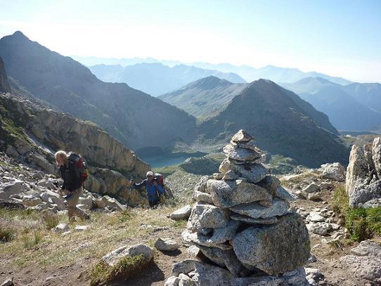 Arrivée au Coll de Ballibierna 2732 m, l`Estany de Cap de Llauset dans le dos