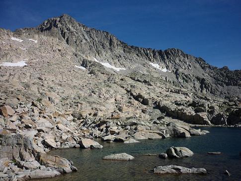 Passage près d`un lac 2827 m, dans le cirque Sud-Est du pico Russell